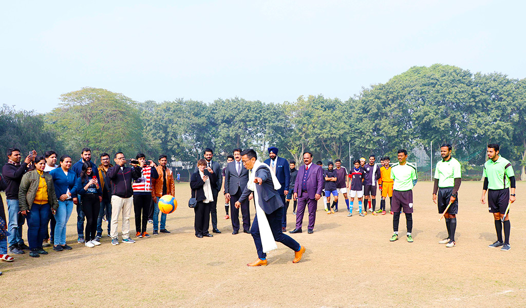 bhaichung-bhutia-at-asian-school-of-business-asb-noida-athleema-2020-football